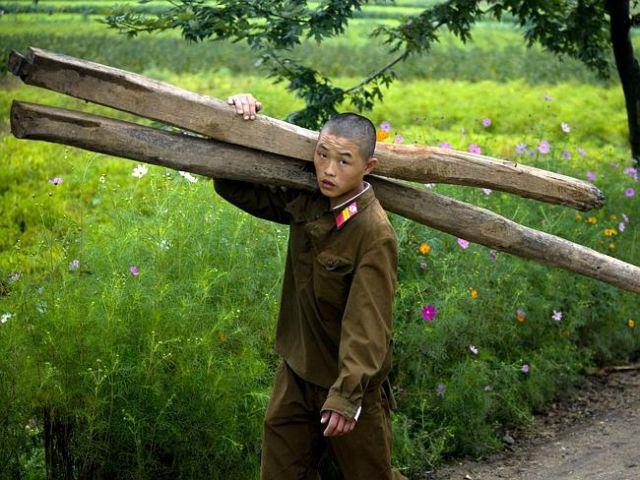 kuzey-kore-de-yasak-gunluk-yasam-kareleri-18