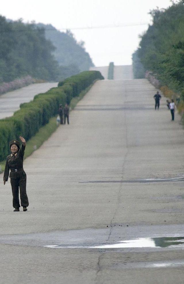kuzey-kore-de-yasak-gunluk-yasam-kareleri-24